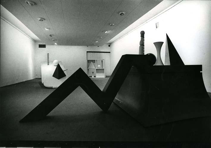 lucio-del-pezzo-allestimento-della-mostra-sagittarius-presso-lo-studio-marconi-dicembre-1969-fotografia-di-enrico-cattaneo-2